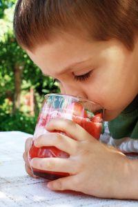 dieťa s pohárom
