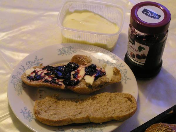 brioška s máslem a džemem
