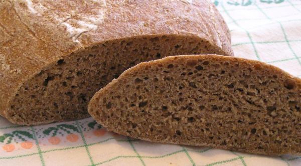 upečený chléb s chumkavou kůrkou