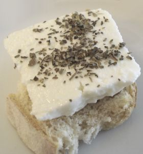 sýr na chlebu