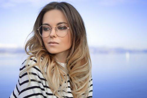 žena s okuliarmi